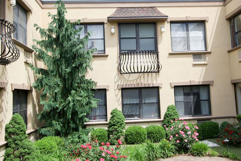 Glen Cove outdoor courtyard and gardens